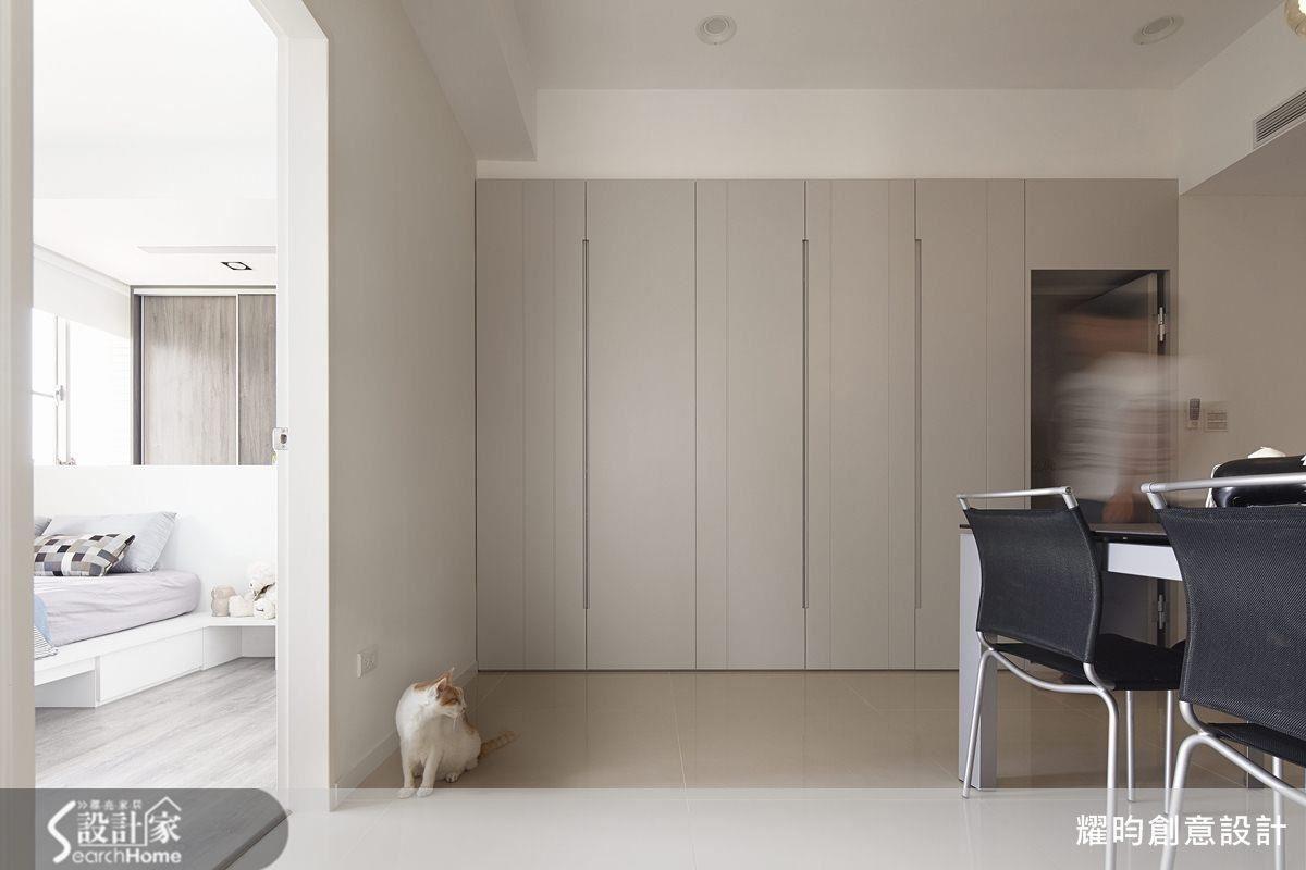 將儲藏室與客廁門片融合為一,藉由線條隱藏入口、美化牆面,保持空間清爽感。