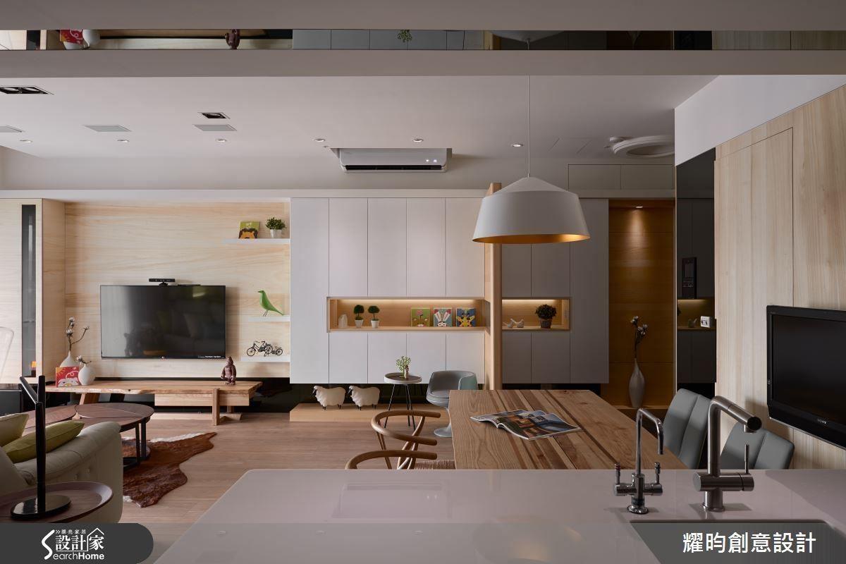 大面積的電視牆可變性強,不到底的中空造型櫃結合牆面層板,展示收納兩相宜。