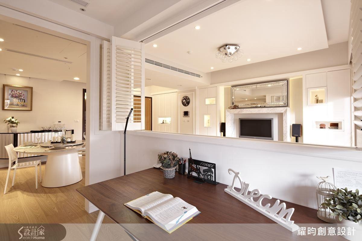 狹長的複合式夾層,公領域將客餐廚串聯,採光景觀兼具,並以吧檯取代餐桌區隔廚房與客廳,一家四口也不嫌擁擠。