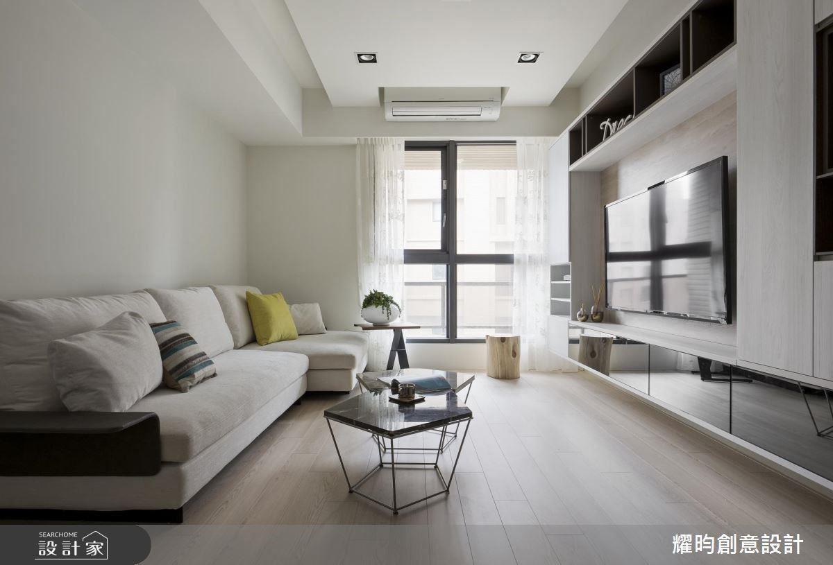 白及淺綠的牆色搭配木紋,在自然光中視覺最放鬆,空間放大效果也最好。