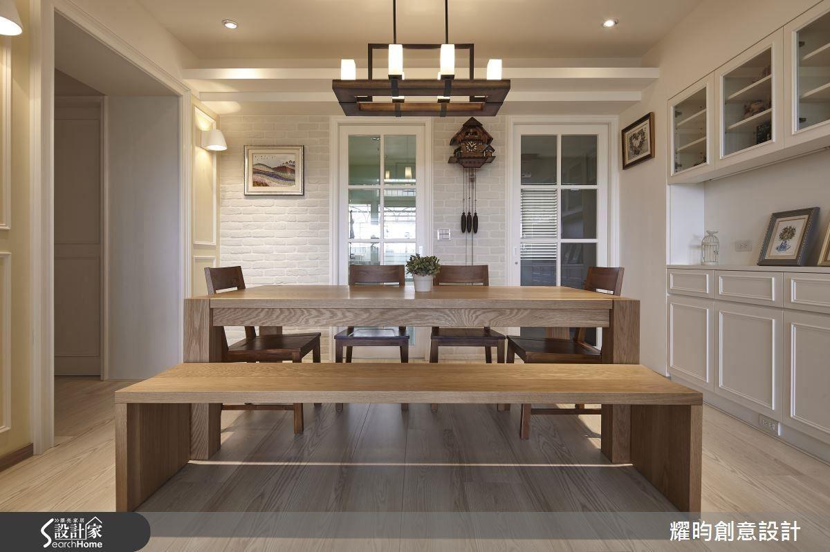 餐桌除了擺上用心烹調的美食,這裡也是擅長撕畫藝術的女主人靈感發想的工作園地,樸實質感的木桌椅,搭配手作作品,為家增添溫馨暖度。