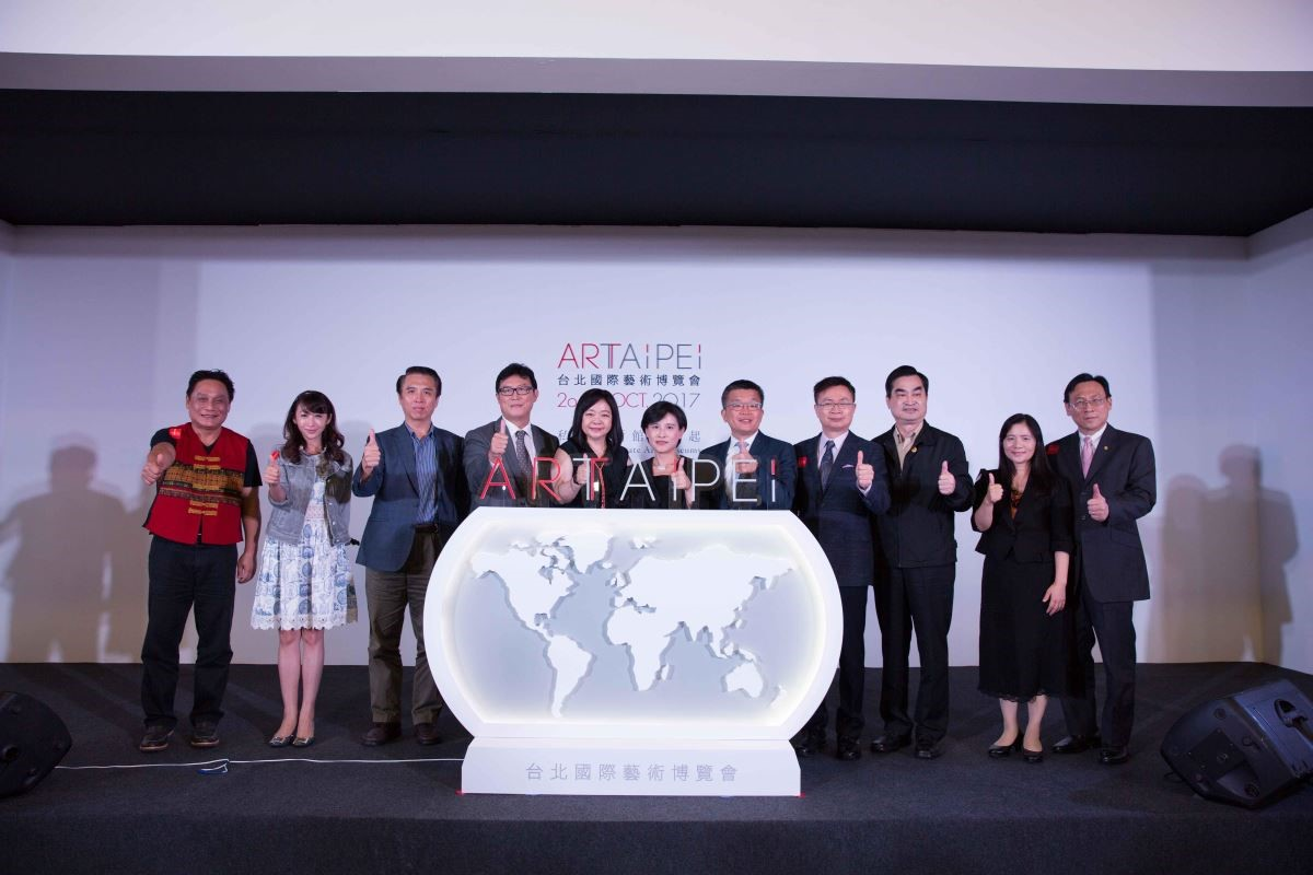 台北國際藝術博覽會,由兩大主辦單位文化部部長鄭麗君女士、中華民國畫廊協會鍾經新女士和多位現場貴賓共同啟動開幕儀式。