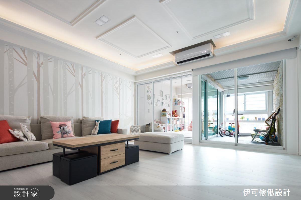 客廳背牆以大面積輸出壁紙,注入輕鬆活潑的襯底,是經過設計師根據背牆比例訂製的。
