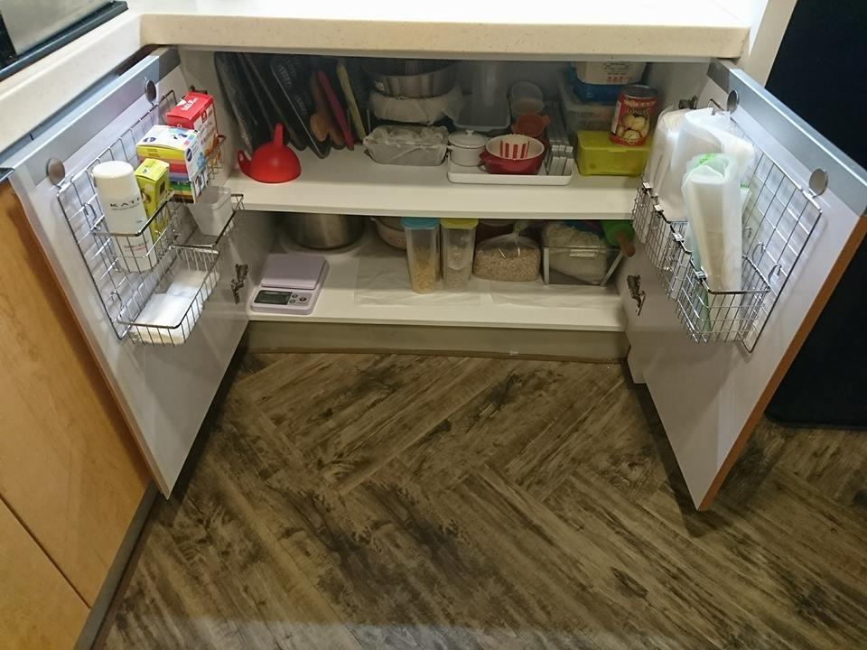 雙門門片上各做收納筐,需量好距離才不會卡住層板。圖片提供_Maureen DIY