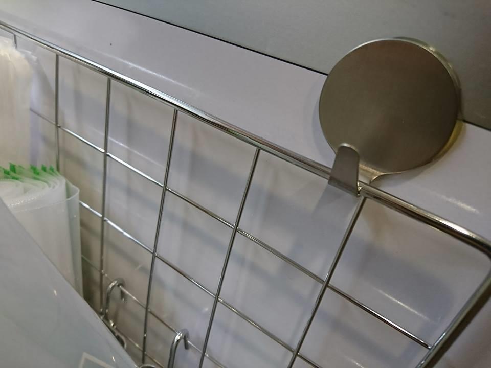 大創網片及熱熔式掛鉤(每個掛鉤可承重3公斤)。圖片提供_Maureen DIY