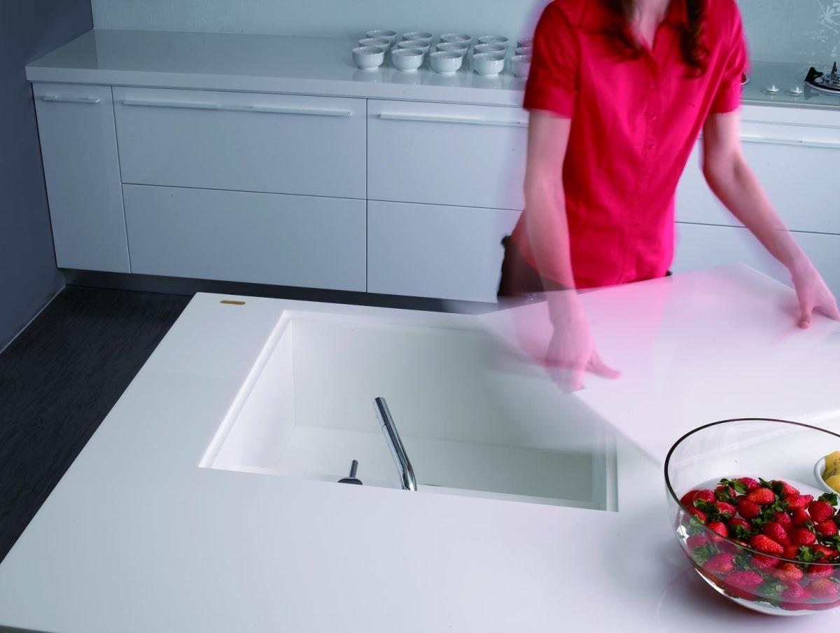水槽蓋板可作為切菜砧板用,絲毫不占空間。