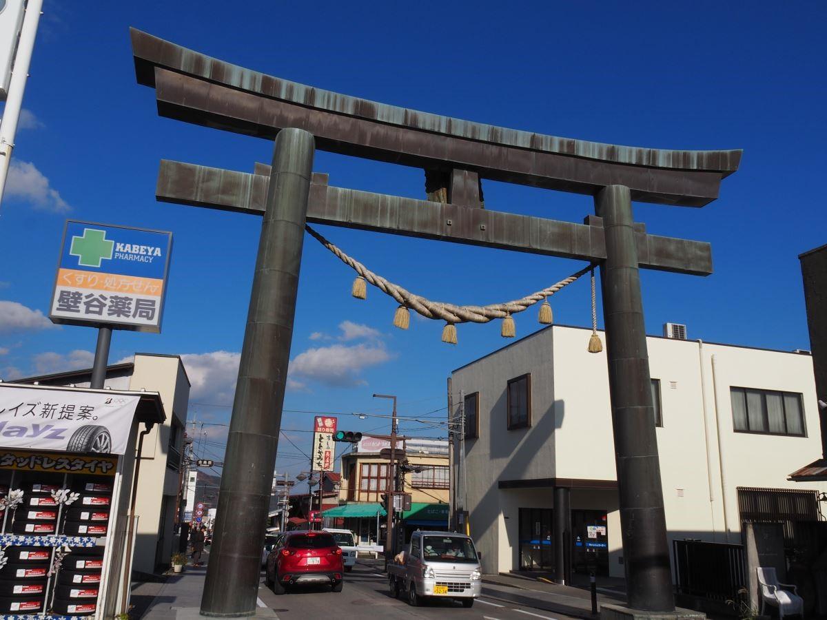 富士吉田大道上巨大的金鳥居,視為人界與富士山聖域的界線。