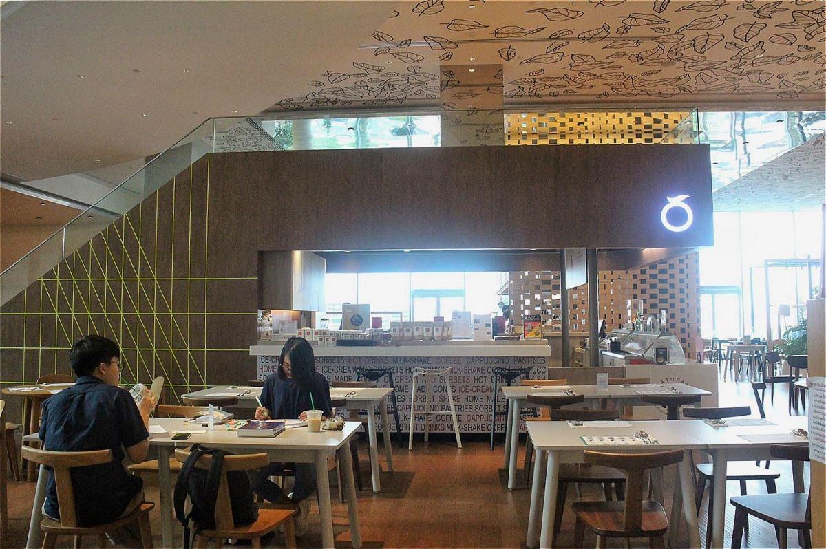 Open House翻玩空間的可能性,如小島一般的樓梯座,上方是休息區,下方是咖啡店。