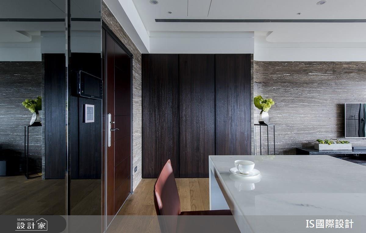精準掌握線條比例的陳嘉鴻設計師,讓中島比例加長的同時,也不顯得空間狹隘,同時也成為全家人營造情感的場域。