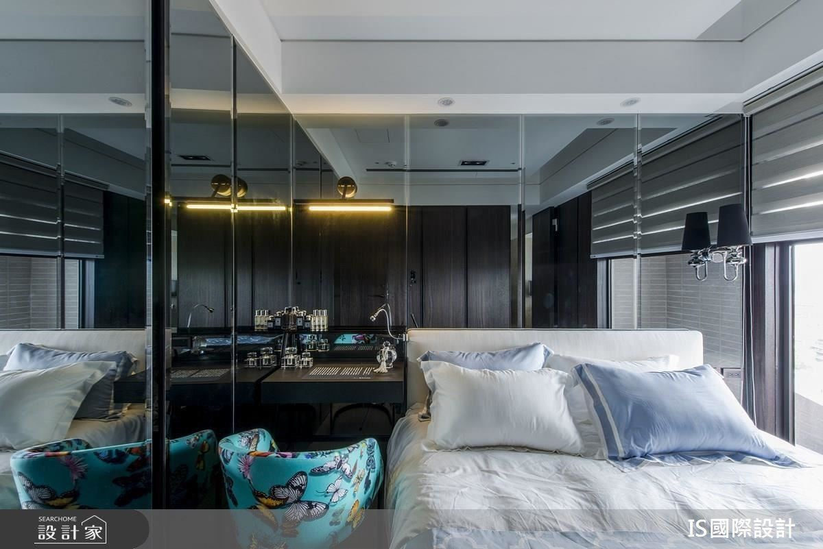 主臥房裡擁有室外美好的景色,設計師大膽運用黑鏡作為床頭背牆及收納櫃門面,引景入室,且能再度放大空間。