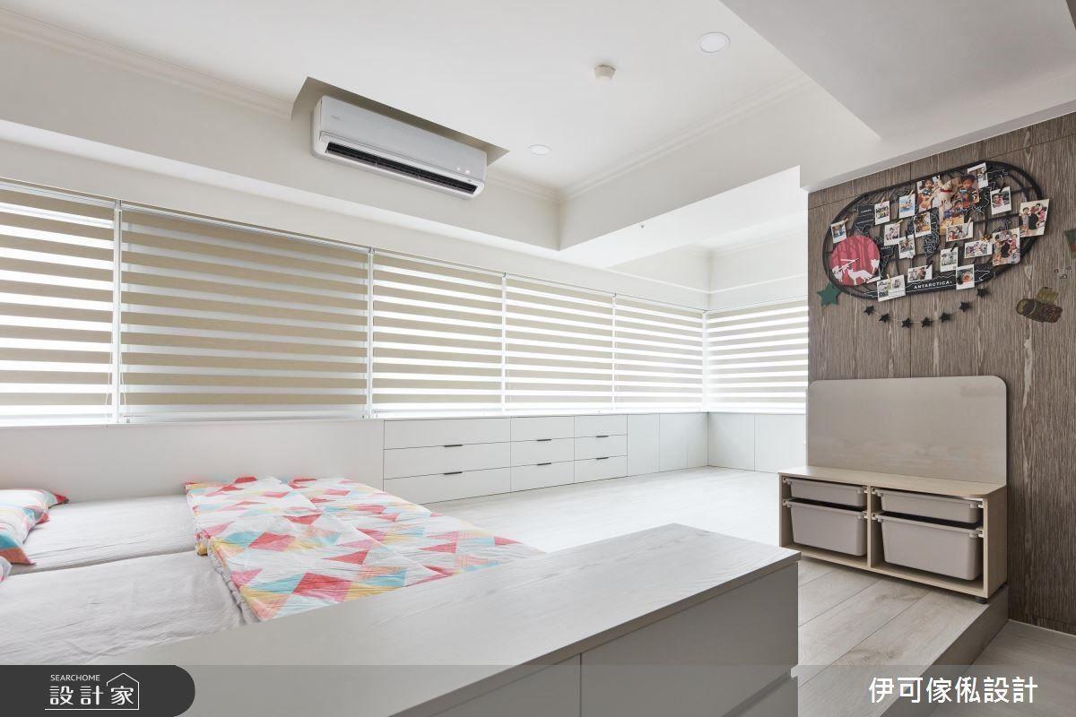 主臥窗下的畸零空間也選擇以大面積 L 櫃體打造收納孩子們放置童書、玩具的空間。
