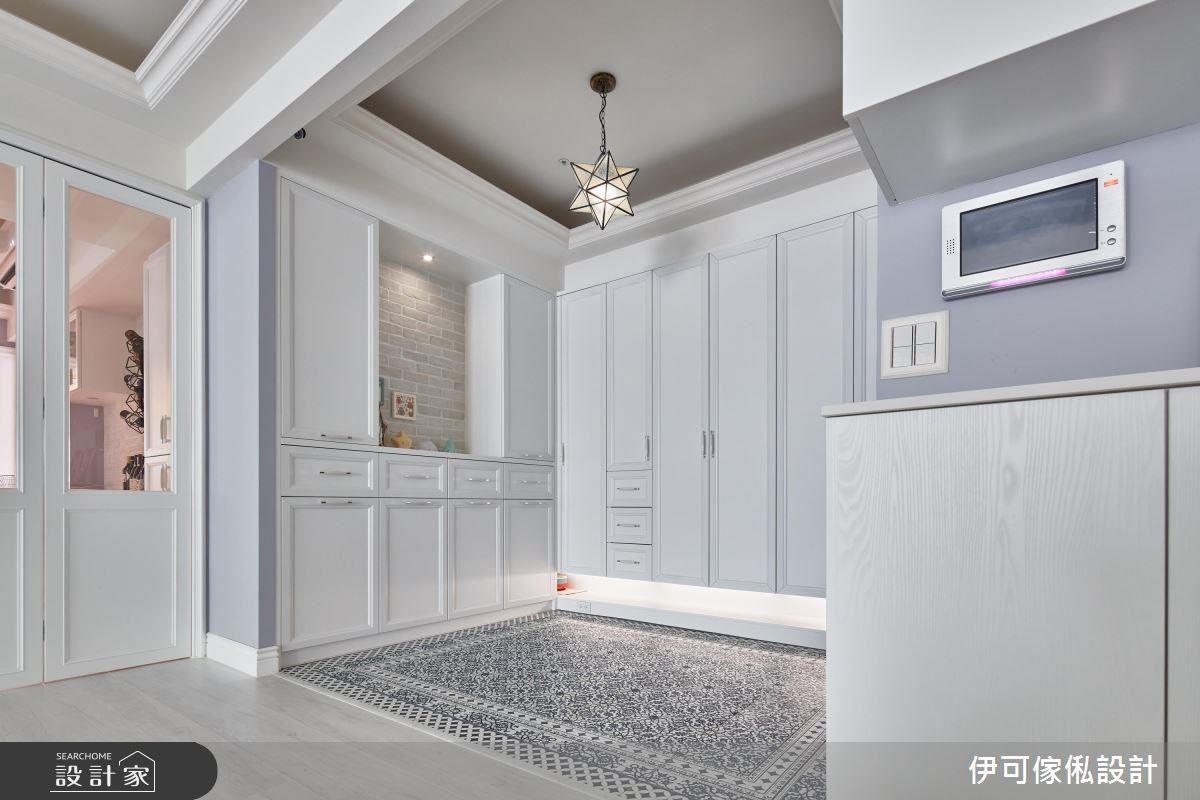 林育如設計師為柯以柔嚴選數種玄關花磚,最後柯以柔自己選了海藍色調,為寬敞的入門落塵區增添唯美氣息。