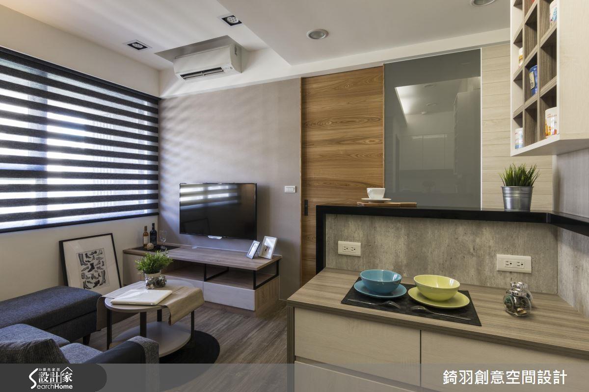 因為人口單純,除了將系統櫃由玄關延伸到餐廚空間,更利用吧台取代餐桌,達成空間整合的目的。看完整小宅空間 >> 點此看圖庫