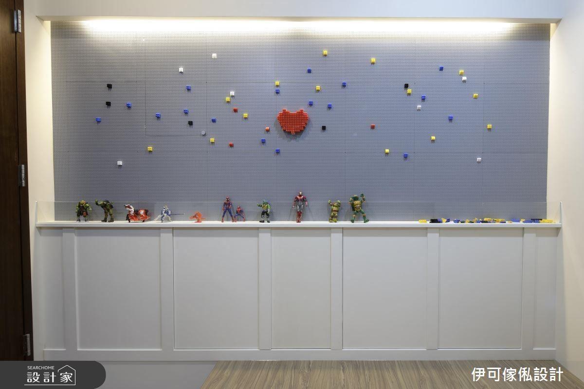 特別利用淡雅的紫羅蘭色調為孩子們訂製的樂高遊戲牆,讓孩子們能以機構式、連動式的物理邏輯思考並創作屬於自己的成品,還能完美的保存在牆上。