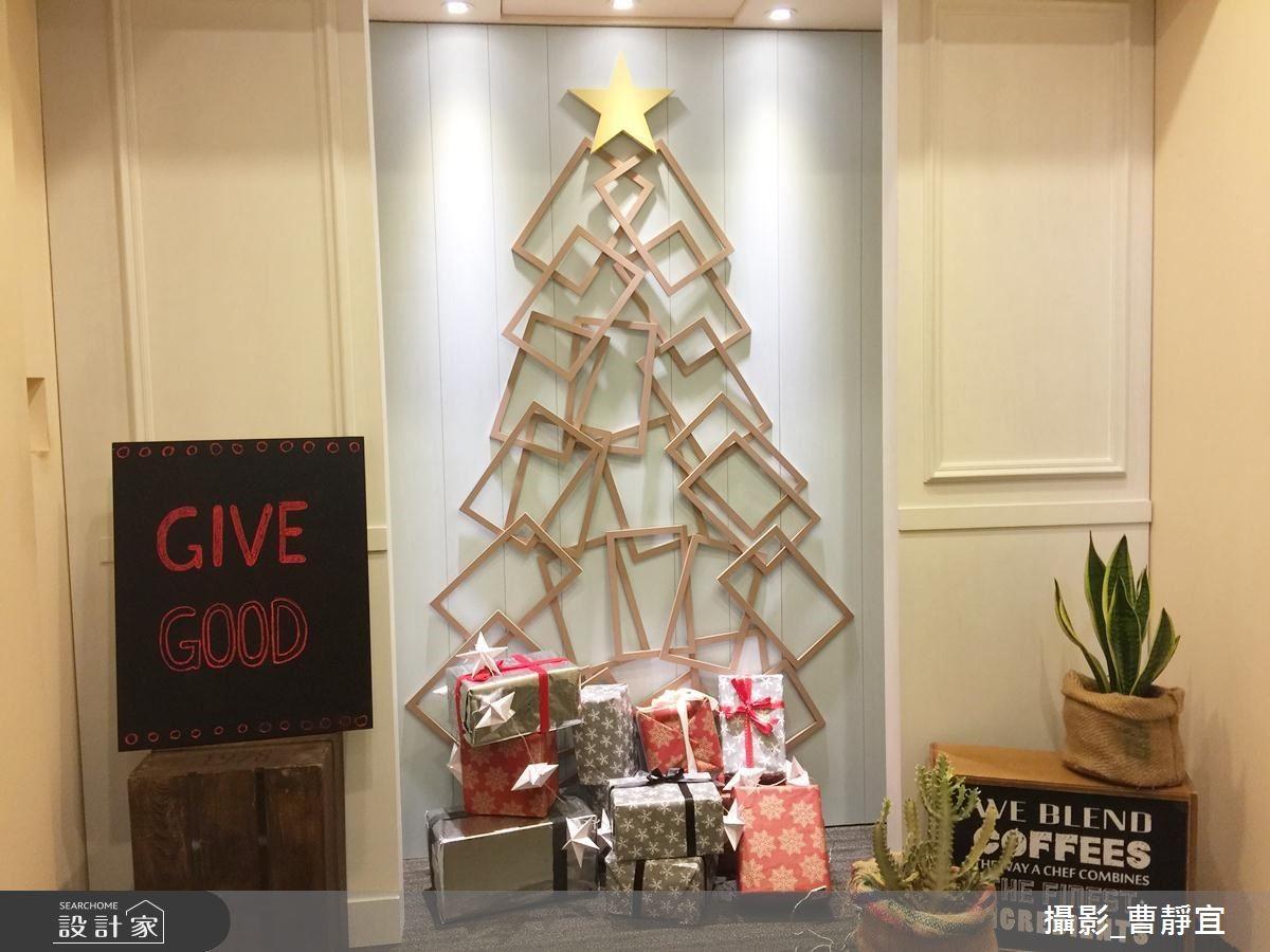 以木相框堆疊而成的耶誕樹,可記錄家人的生活故事點滴