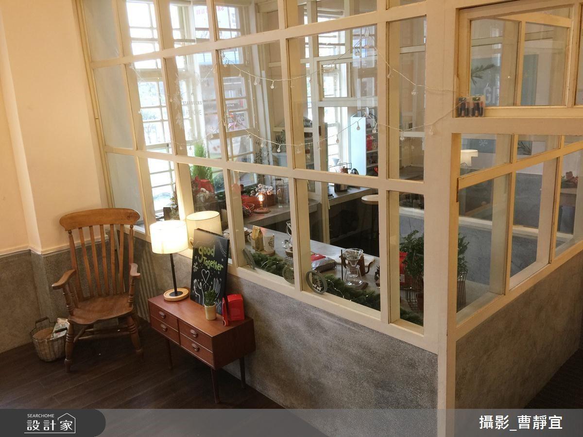 玻璃屋後方的廚房區,明亮而開闊