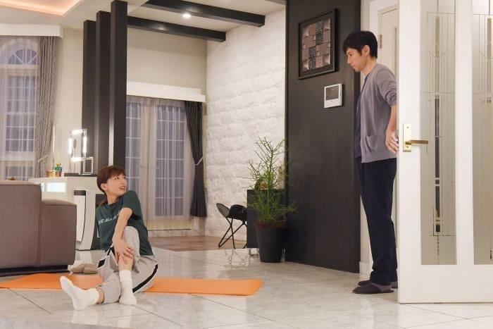 菜美在做瑜珈的這個角落,就是運用文化石和蝴蝶椅佈置的角落。圖片來源:緯來日本台Facebook
