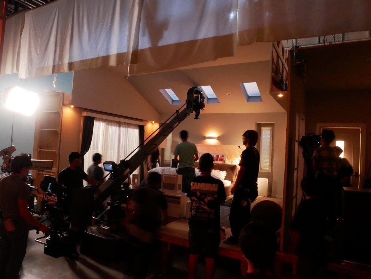 劇組搭建的伊佐山家場景。圖片來源:【裏公式】日テレドラマ@スタッフの小部屋