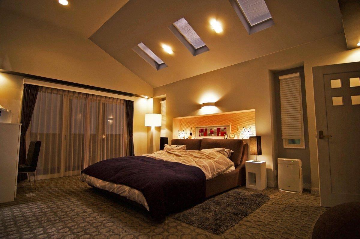 光源設計會影響在空間中生活的人之心情,因此在臥室為了營造舒適好眠,並且適合夫婦浪漫談情的氛圍,採用了大量間接光源安排。圖片來源:【裏公式】日テレドラマ@スタッフの小部屋