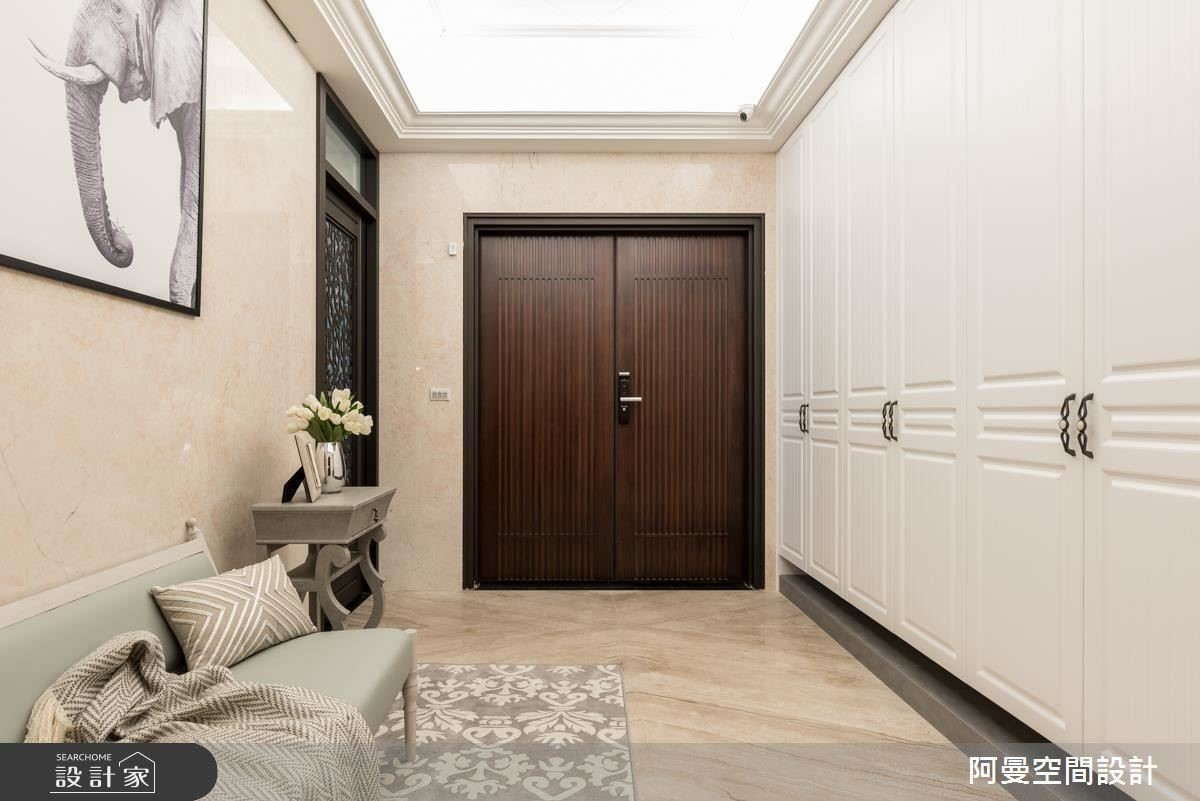 從電梯間開始,寬敞大器的氛圍圍繞四周,走進家門,簡約大方的玄關令人心曠神怡。
