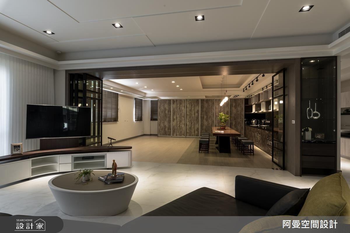 全開放式的空間,讓客廳與捏陶室串聯,也成為三五好友聚會的場域,而將鐵框玻璃拉門拉上後,分別又是獨立的空間。