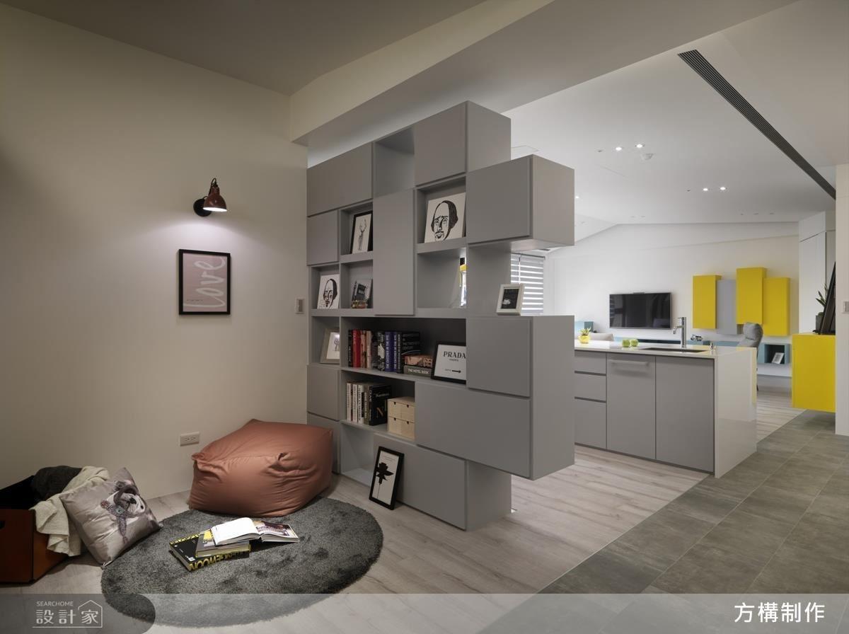 收納機能兼具設計感的櫃體牆,也蘊藏雙向功能,同時也是閱讀區的隔間牆,促使動線上具有穿越的錯覺感。