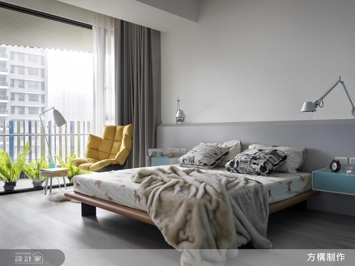 主臥擁有大片落地窗,採光極佳,搭配素雅窗簾,使陽光緩緩照進室內,呈現舒適明亮的舒眠空間。