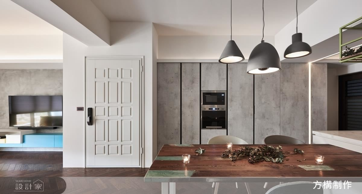 為了讓空間不受限,利用一字型的開放空間,讓客廳、餐廳以及廚房動線更順暢。