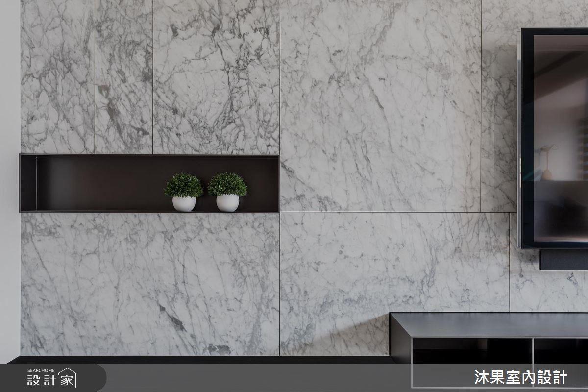 將 2 個黑色鐵件機櫃與電視牆結合,抹除一般矮櫃的笨重感。