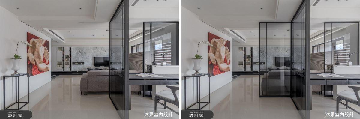 考慮到不影響行進動線,可以隨需求調整門片位置,特意讓軌道超出書房,可以作為沙發背牆,補足視覺平衡。