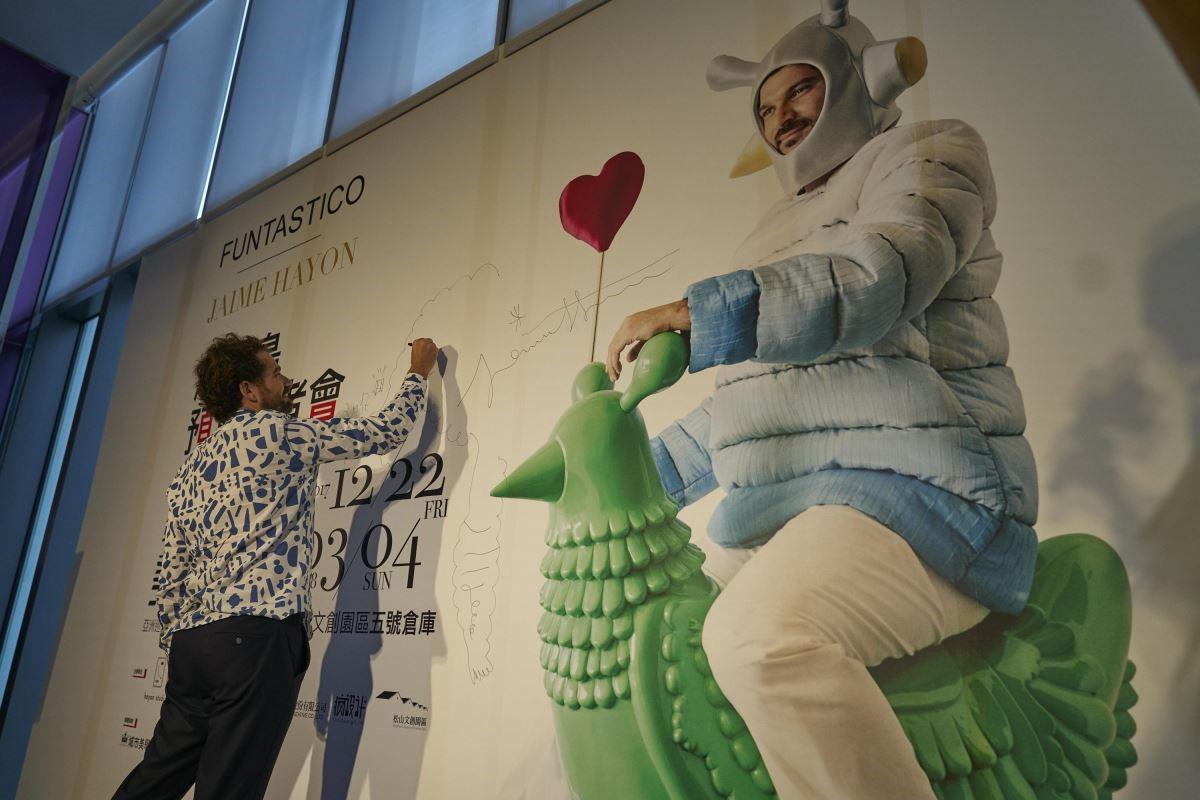 Jaime Hayon 亞米‧海因在台北記者會上,應邀塗鴉在記者會看板上,展現藝術家童趣的一面!