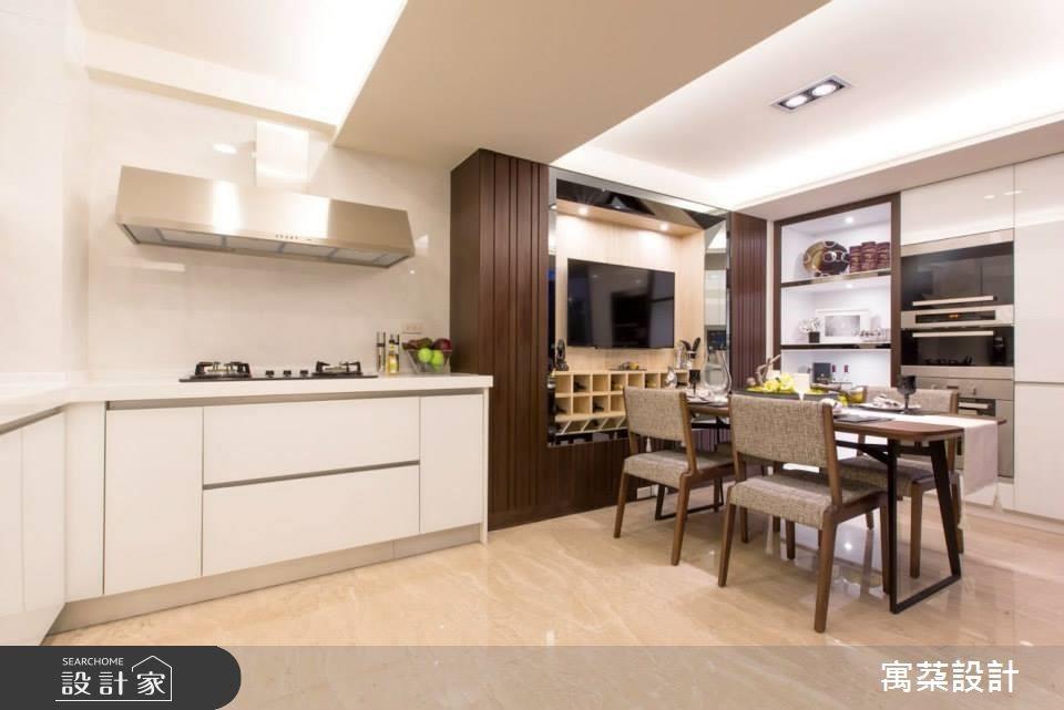 如有品茶或品酒的需求,可以在餐桌旁安排邊櫃,讓使用上更加便利。