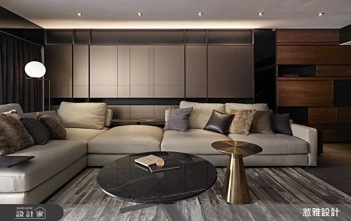 以具有金屬光澤的茶氟酸鏡做為沙發背牆設計,兼具收納機能與高貴質感。