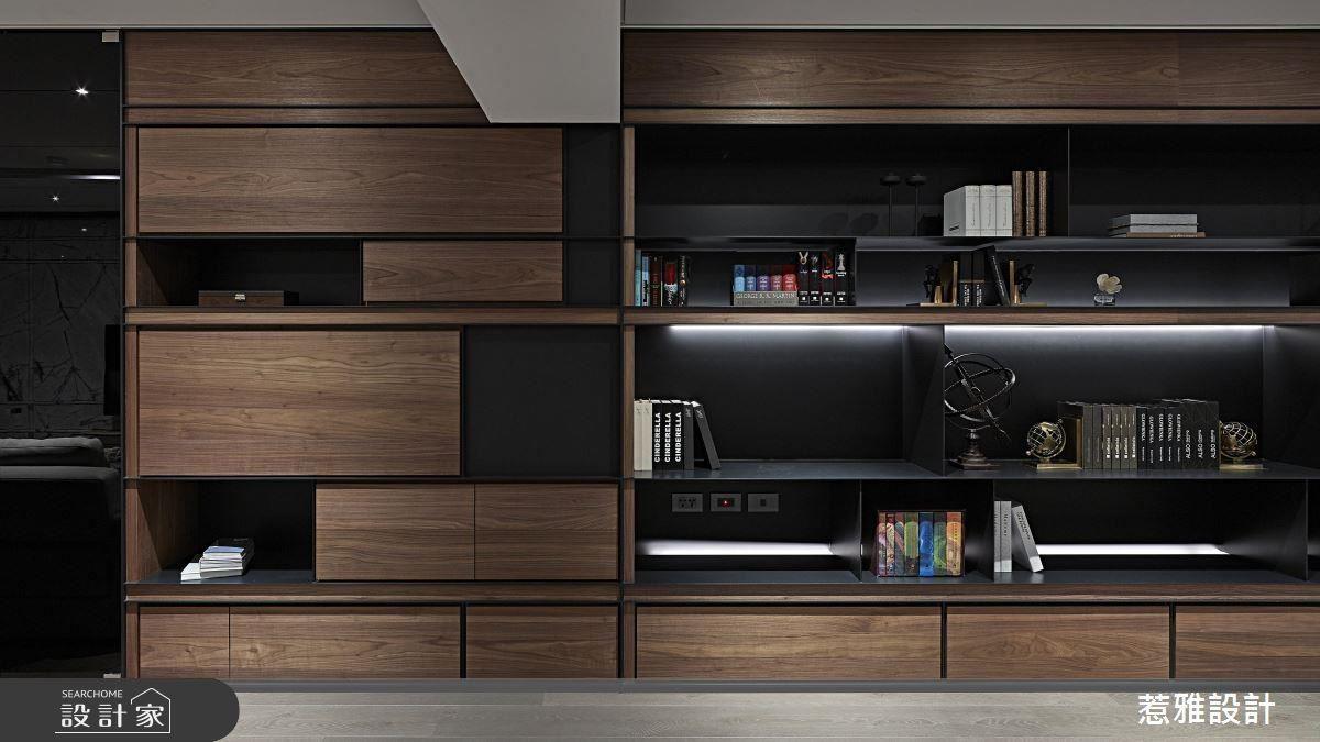 大面胡桃木皮與黑鐵板構築而成的開放式展示櫃,為空間引入大器時尚感。
