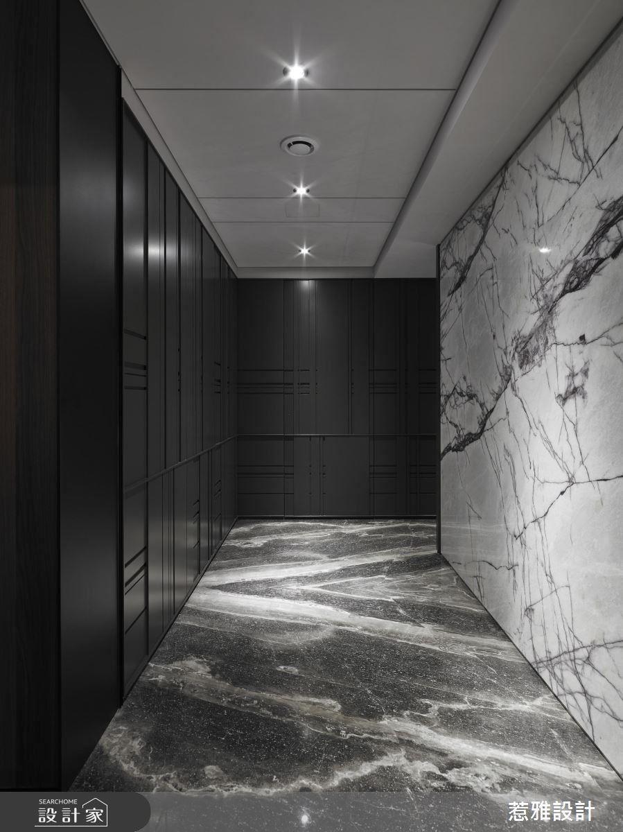 以兩種石材做空間的串聯與跳色,搭配造型線條交織,勾勒出廊道的精彩面貌。