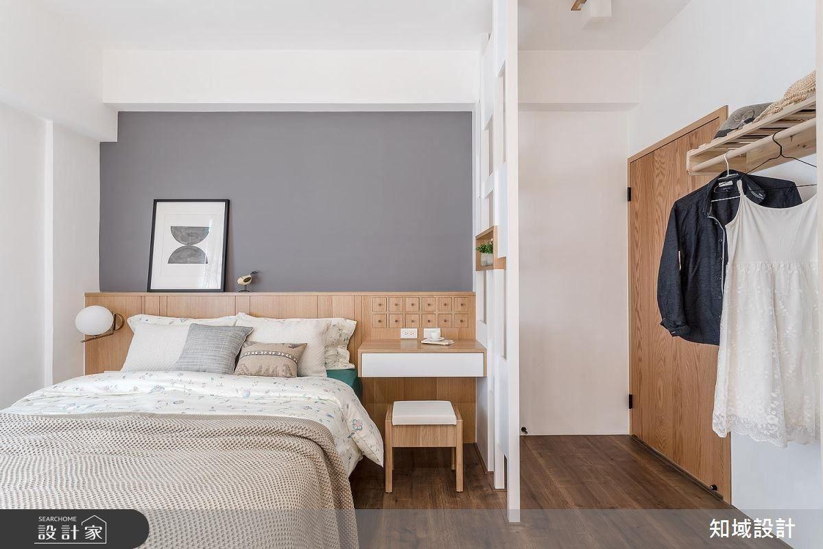 主臥房中以簡單造型屏風設置,巧妙規避風水忌諱。