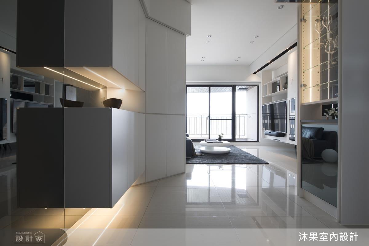 入口玄關以斜面櫃體設計,增添客廳中的隱私感。
