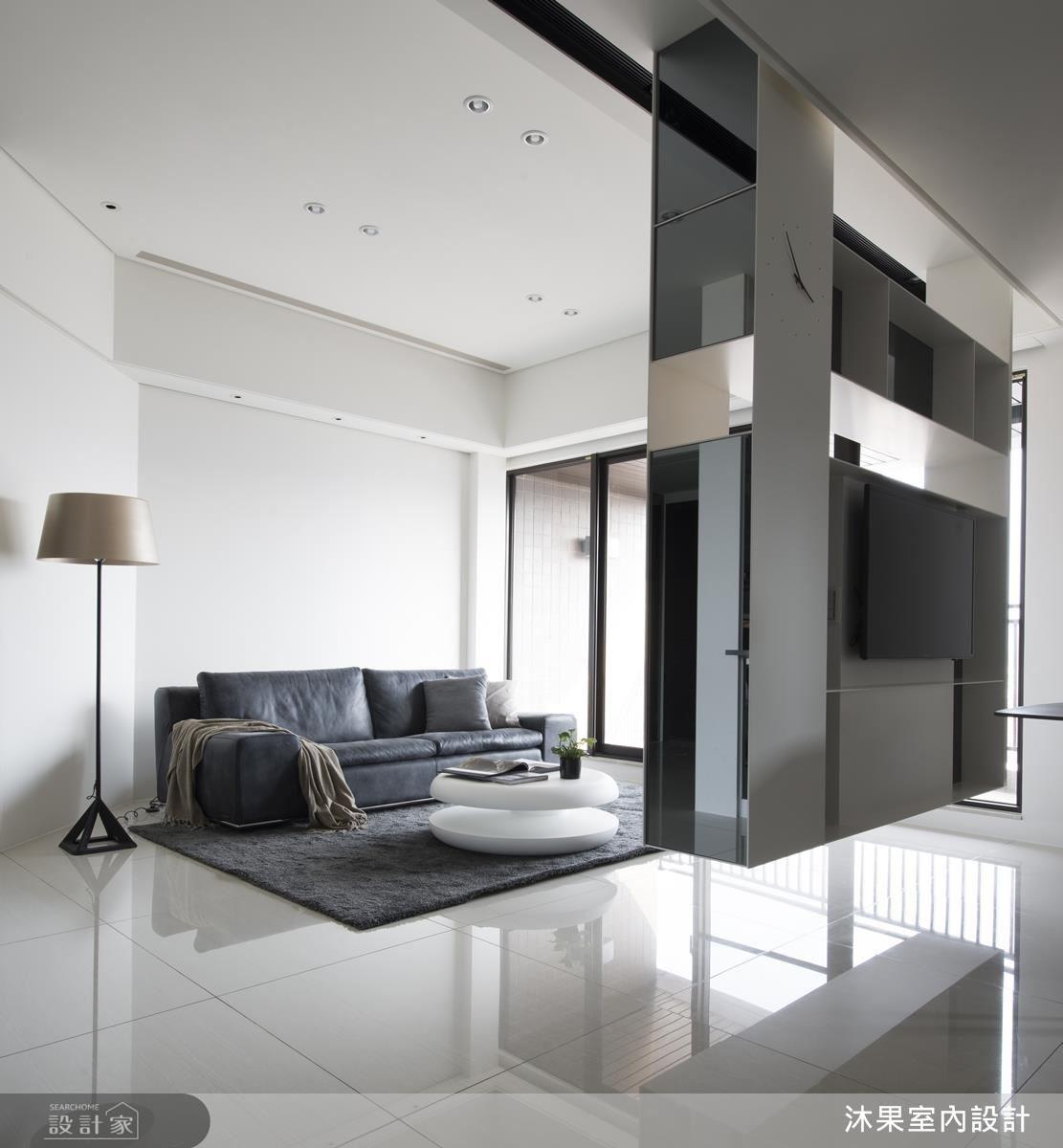 客廳中以懸浮電視吊櫃,輕化空間質量。