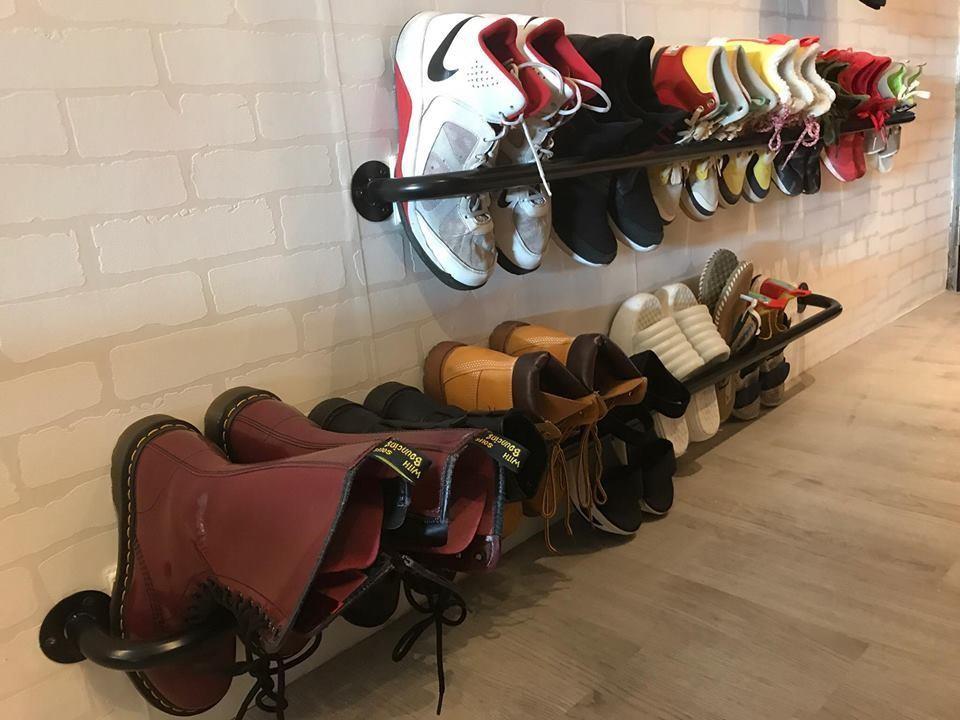 約莫可以收納15雙鞋左右,上方還可以掛隨身小提袋,這樣規劃,家裡不凌亂。圖片提供_i AM寶姬