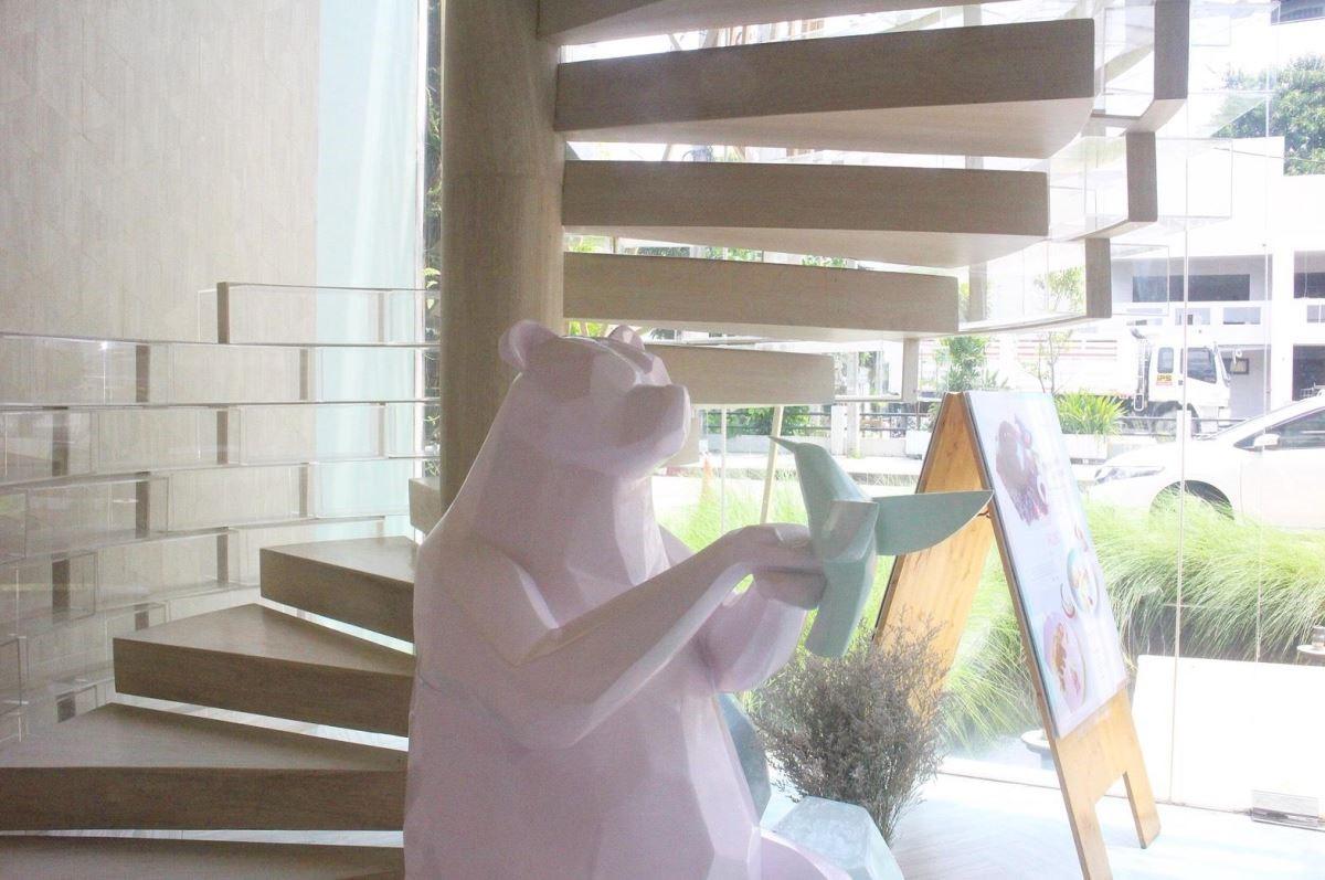 店裡的人氣王,每位少女都搶著要與這隻粉紅色小熊合照!