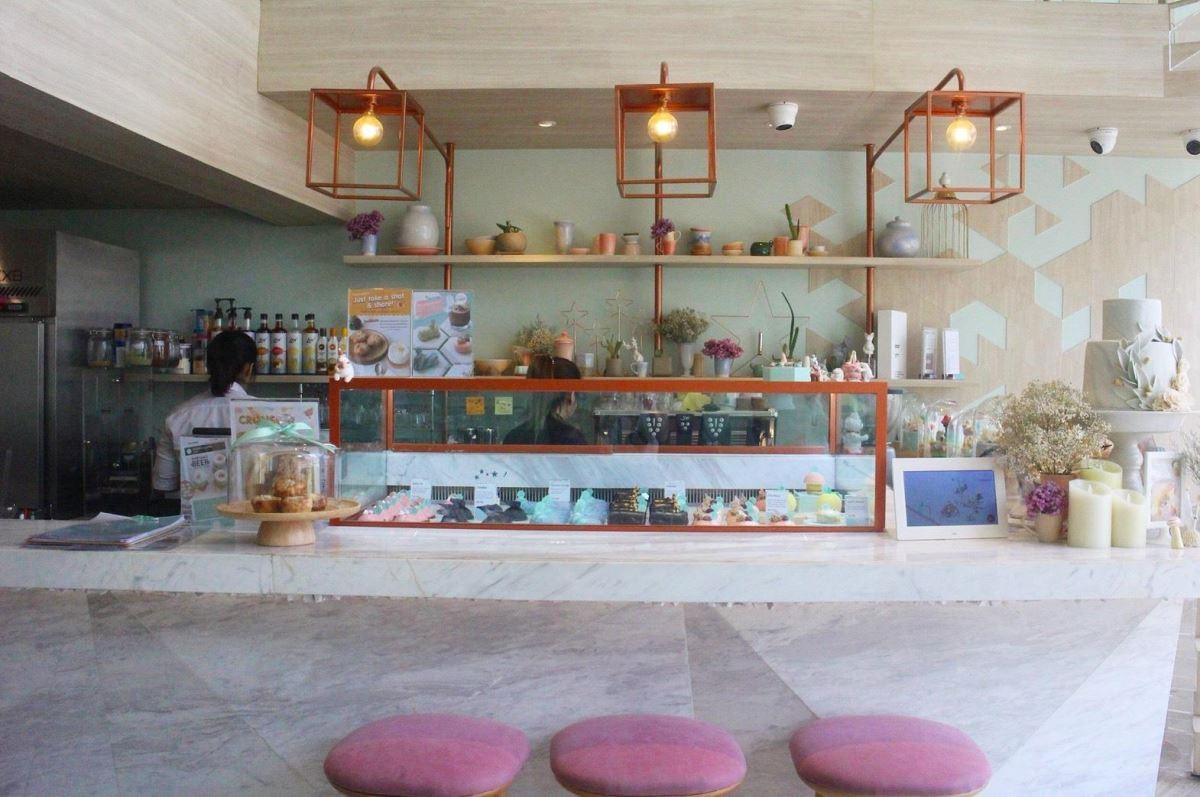 壁面運用材質拼接,讓整座大理石檯面顯得柔和,而不會過於奢華。