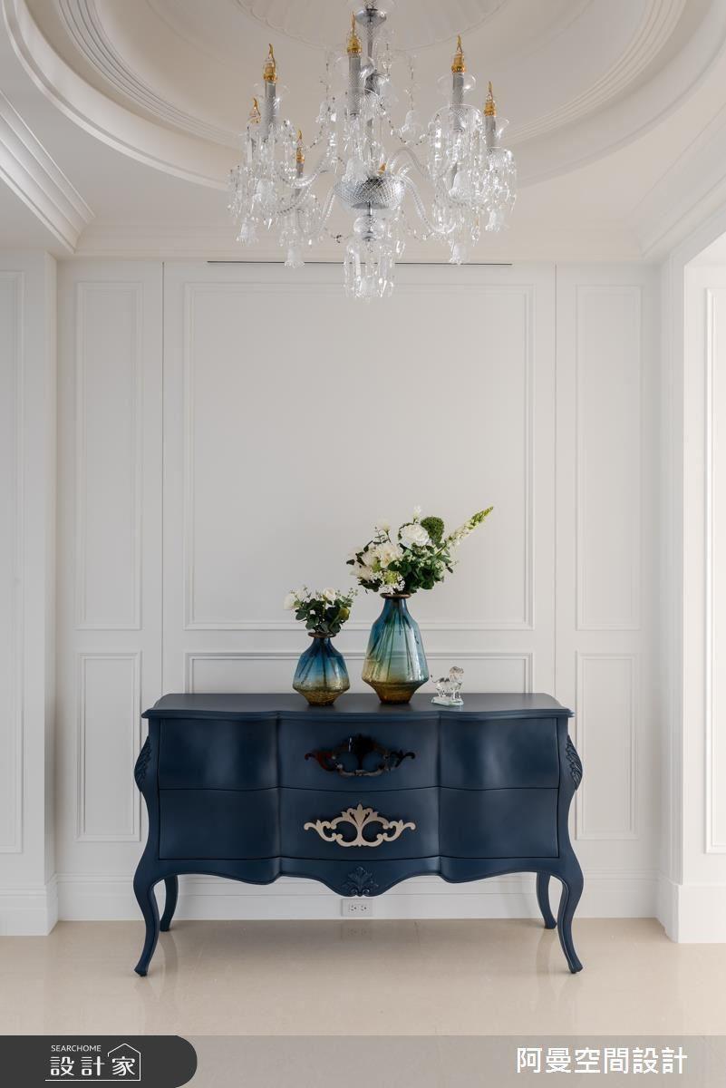 典雅深藍的玄關桌,搭配華麗水晶燈成為進門後的焦點,同時塑造浪漫端景。