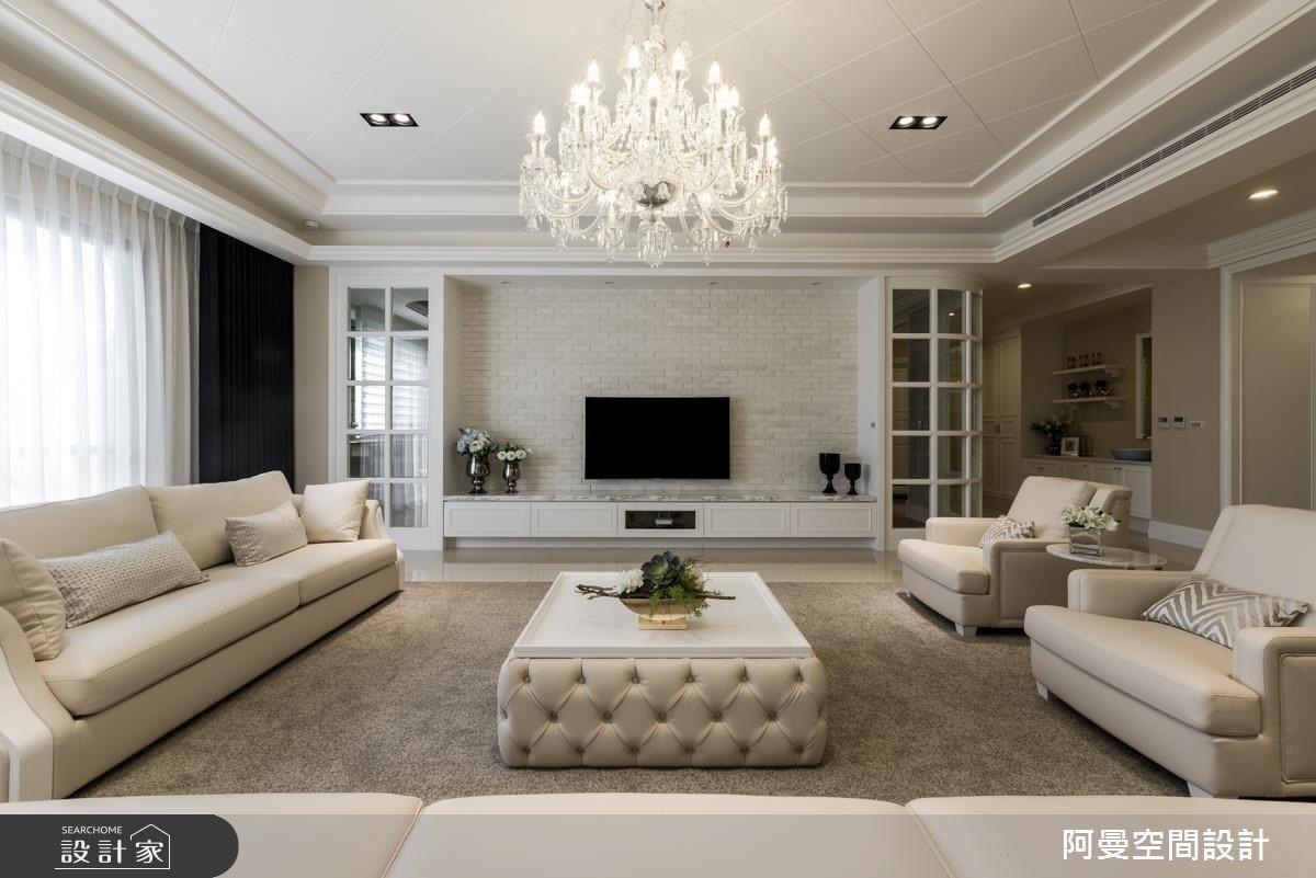 客廳菱格紋天花的細緻表現,呈現出屋主的細膩,文化石電視牆則讓空間有了立體與層次感,而兩側的玻璃框隔間,使空間有了若隱若現的穿透感受。
