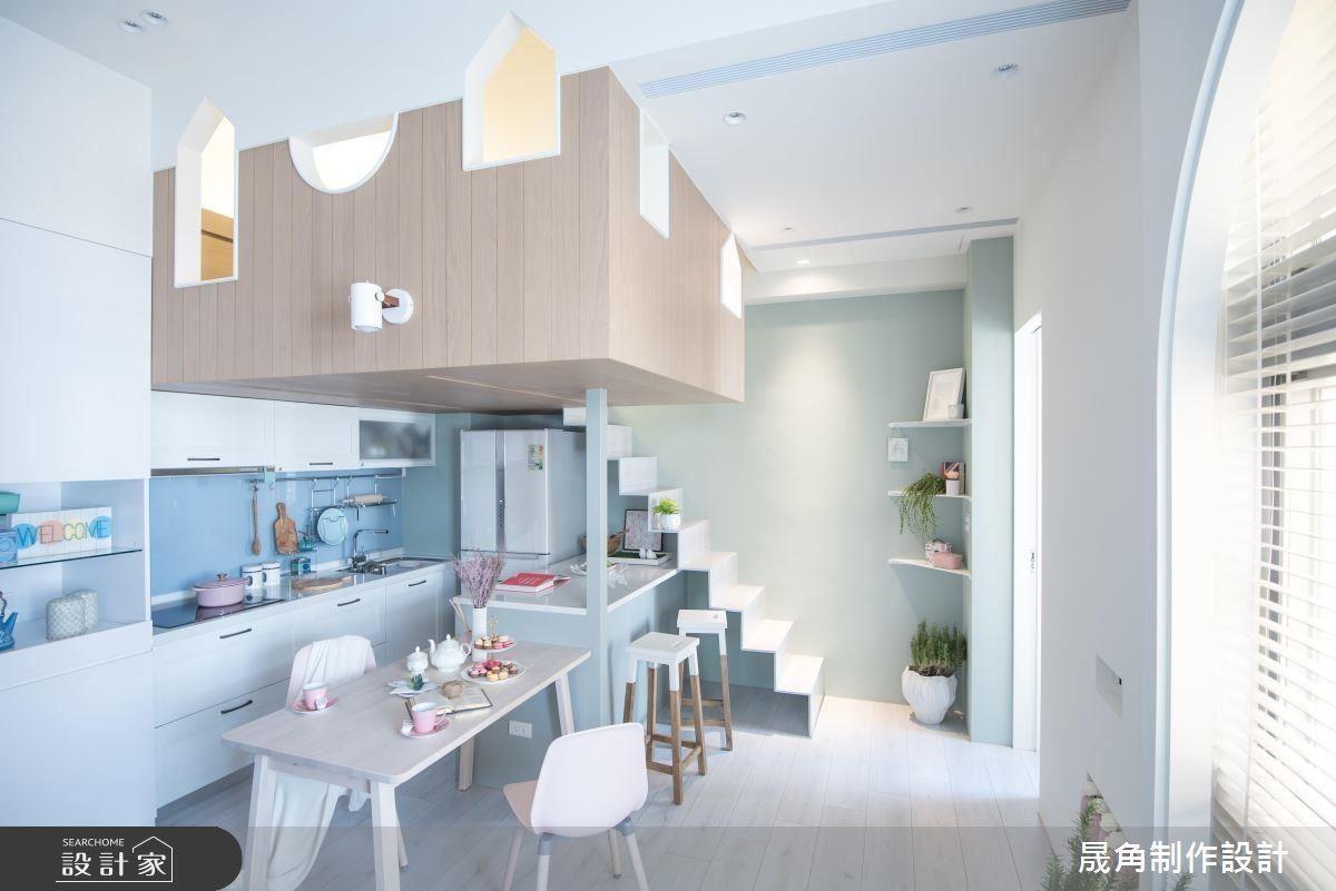 以餐廳代替客廳成為生活重心,客製化的薄型樓梯創造視覺效果,讓這個 15 坪小宅成為超放鬆的清新空間。