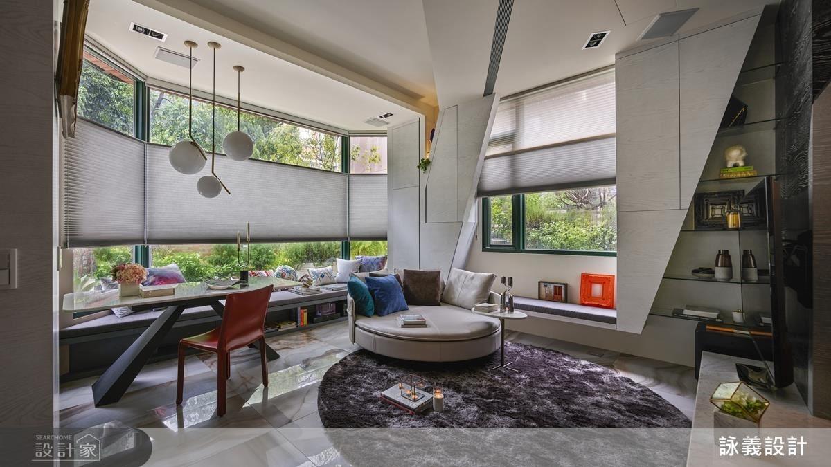 俐落大方的線條,不僅勾劃出客廳內的空間感,同時將生活機能包覆在空間中,使空間裡面還有空間,帶出內在的層次底蘊。