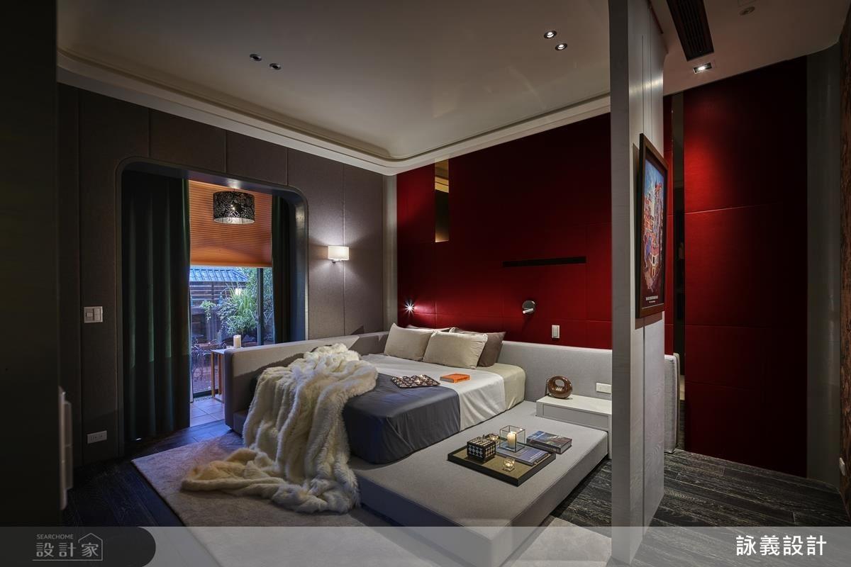 走進主臥室,床頭背牆的大紅色震撼視覺,同時凸顯女主人的性格與品味,再利用皮革作為材料基底,帶出空間裡的現代感。