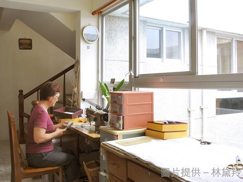 喜好拼布的屋主,選擇緊鄰有充沛的自然採光的天井窗,在暖陽的照耀下,開始一天的手作享受。
