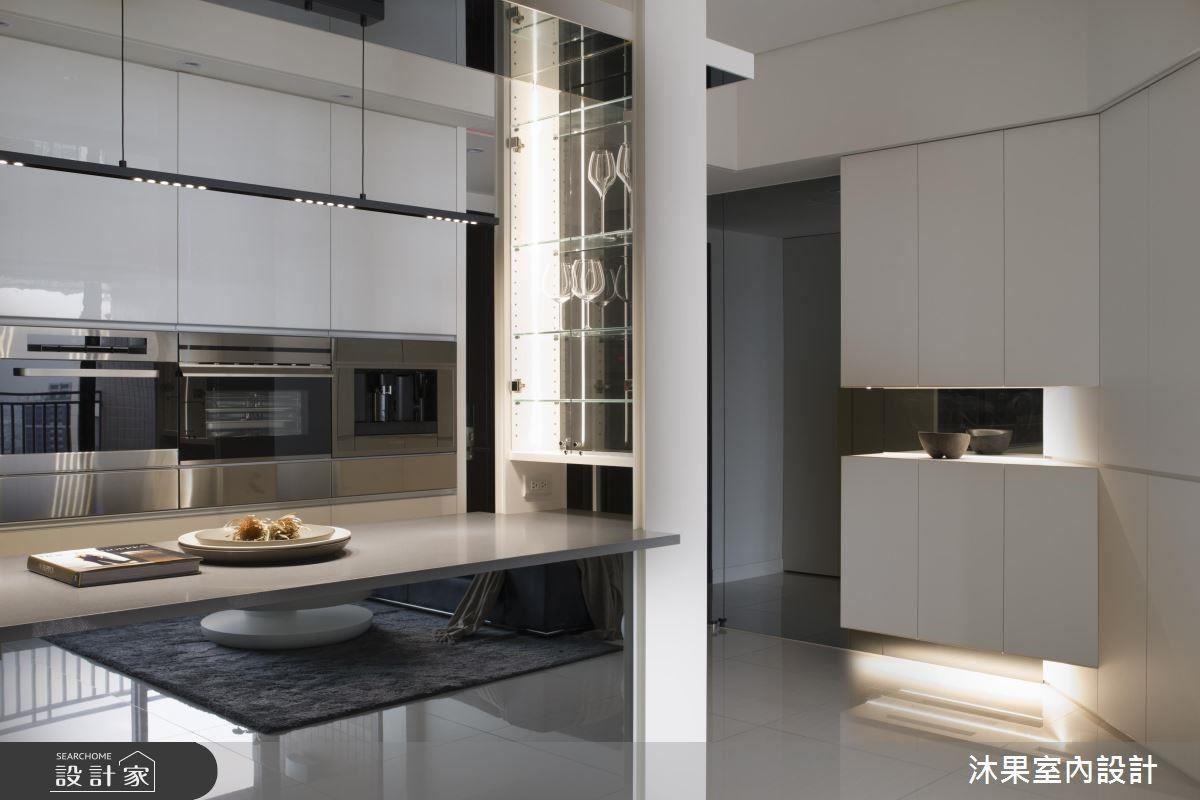 針對特別要求設置的玻璃酒杯櫃,設計師依據功能將玻璃酒櫃與吧台結合。