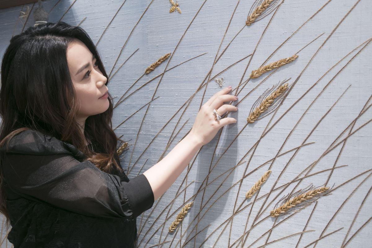 從法國訂製的手工壁布,栩栩如生表現出麥穗的生命力,更能看到蜜蜂穿梭其間。攝影_Mark Lee