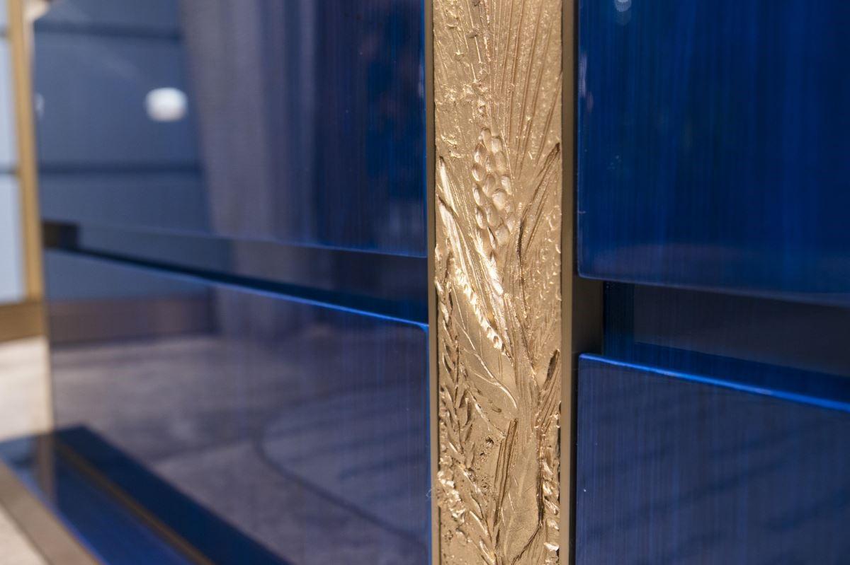 皇家藍櫃體鑲嵌精緻雕塑,其紋彙來自 Chaumet 工作室中收藏的文獻。攝影_Mark Lee